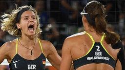 Kira Walkenhorst (r.) und Laura Ludwig jubeln im Finale gegen Brasilien