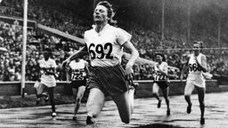 Fanny Blankers-Koen (M.) gewinnt 1948 in London Olympia-Gold über 200 m. © picture-alliance / dpa