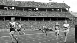 200-m-Halbfinallauf der Frauen bei den Olympischen Sommerspielen 1956 im Olympiastadion in Melbourne: Die Australierin Betty Cuthbert (l) siegt in 23,6 Sekunden. © picture-alliance / dpa