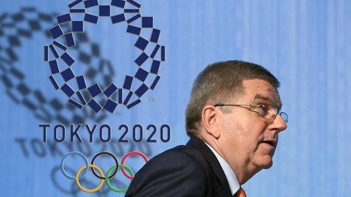 IOC-Präsident Thomas Bach vor dem Logo der Olympischen Spiele in Tokio