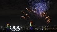 Feuerwerk über dem Odaiba Marine Park in Tokio mit den fünf Olympischen Ringen. © imago images / AFLOSPORT