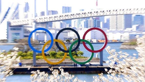 Die olympischen Ringe vor der Rainbow Bridge in Tokio © imago images/Kyodo News