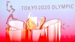 Die olympische Flamme bei einer Ausstellung in Tokio