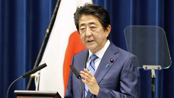 Shinzo Abe, Ministerpräsident von Japan, spricht während einer Pressekonferenz. © picture alliance/-/Kyodo/dpa