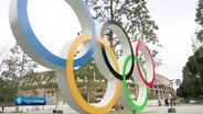 Olympische Ringe vor dem Olympiastadion in Tokio © ARD Foto: Screenshot