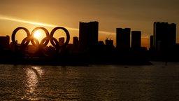Olympische Ringe am Odaiba Marine Park bei Sonnenuntergang in Tokio