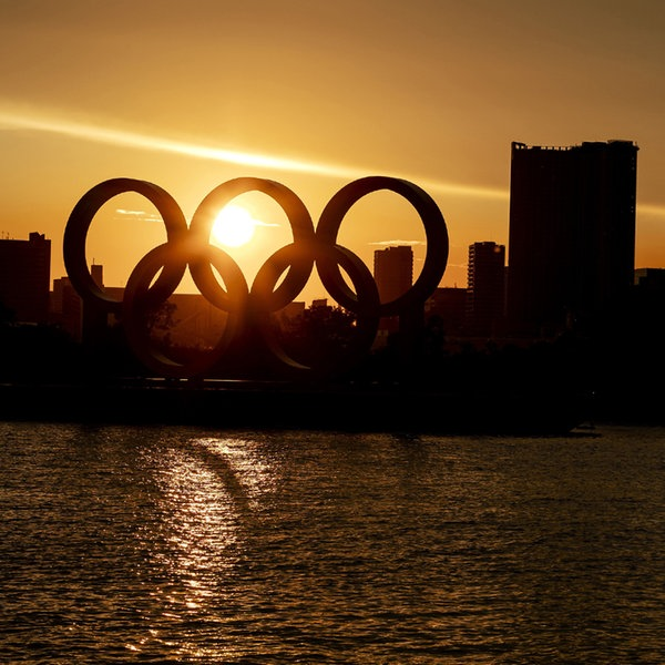 Olympische Ringe am Odaiba Marine Park bei Sonnenuntergang in Tokio | Witters