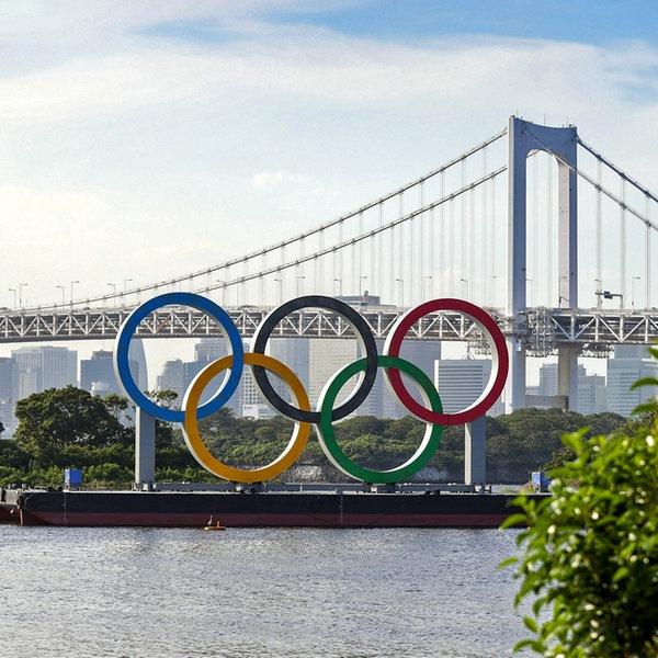 Die Olympischen Ringe vor der Rainbow Bridge am Odaiba Marine Park   Witters