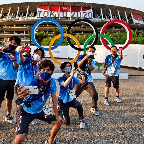Freiwillige schießen Selfies vor den Olympischen Ringen |  imago images