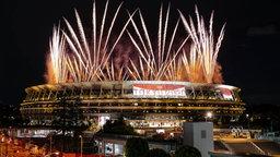 Bei der Eröffnungsfeier im Olympiastadion explodiert Feuerwerk am Nachthimmel