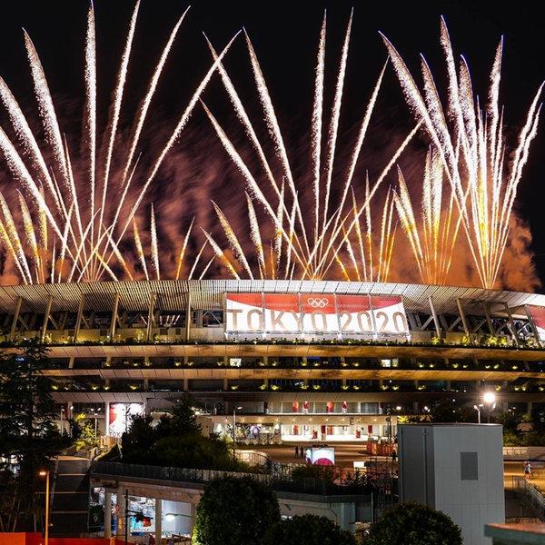 Bei der Eröffnungsfeier im Olympiastadion explodiert Feuerwerk am Nachthimmel | picture alliance