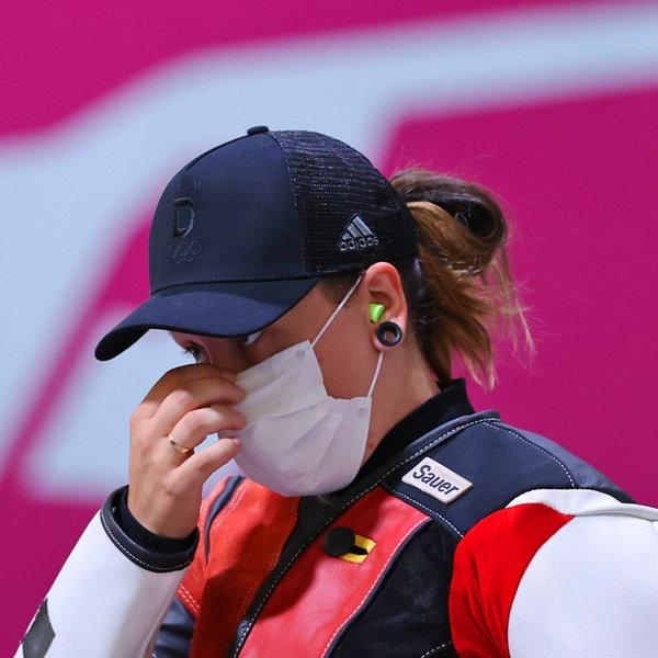 Die deutsche Sportschützin Jolyn Beer reagiert enttäuscht bei der Qualifikation der Frauen im Schießen mit dem Luftgewehr über 10 Meter. | dpa-Bildfunk