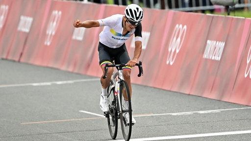 Sieger Richard Carapaz aus Ecuador kommt auf dem Fuji Speedway jubelnd ins Ziel.