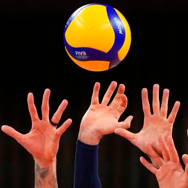 US-amerikanische Volleyball-Spieler versuchen einen Ball zu blocken. | picture alliance