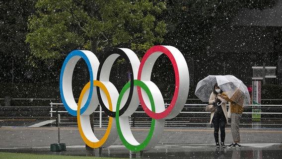 Heftiger Niederschlag vor dem Olympiastadion in Tokio © picture alliance Foto: Jae C. Hong
