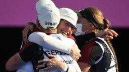 Deutsches Bogenschießen-Team Michelle Kroppen (l), Charline Schwarz (r) und Lisa Unruh (M) bejubeln das gewonnene Spiel um Bronze in Tokio