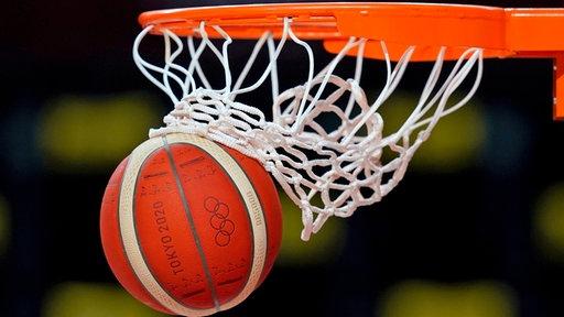 Ein Basketball fällt durch die Reuse.