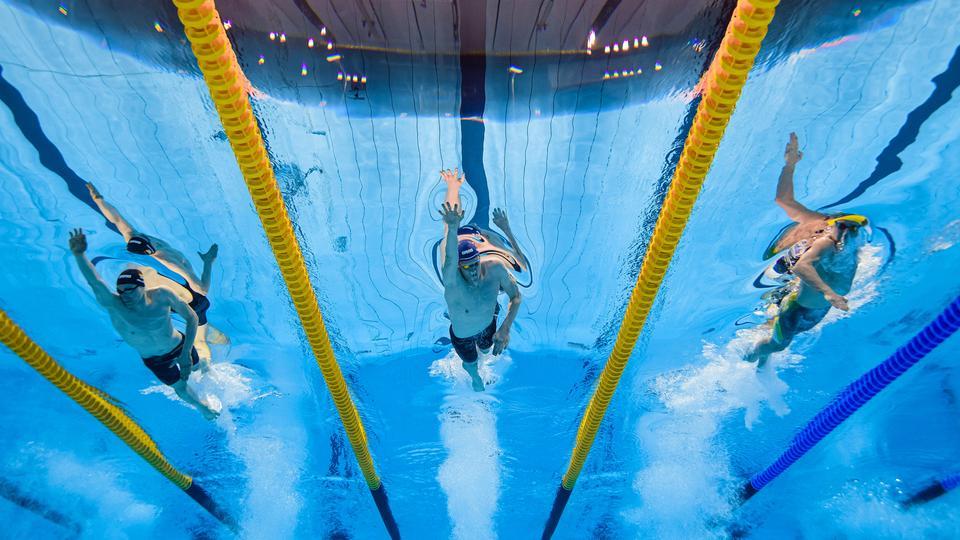 Schwimmen, 400m Freistil Herren, Finale.  Henning Muehlleitner ( v.l., Deutschland), Felix Auboeck (Oesterreich), Elijah Winnington (Australien) bei den Olympischen Spiele in Tokio   WITTERS