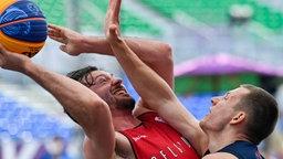 Belgiens 3x3-Basketballer Thierry Marien (l.) bei den Olympischen Spielen in Tokio