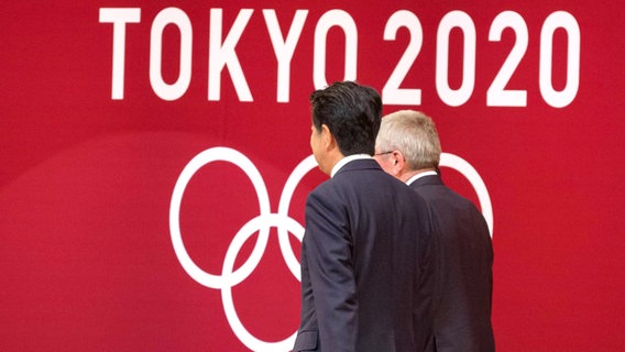 Japans Premierminister Shinzo Abe (l.) and IOC-Präsident Thomas Bach © imago images Foto: Rodrigo Reyes Marin