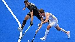 Der deutsche Hockeyspieler Timur Oruz (l.) kämpft mit dem Belgier Antoine Kina um den Ball