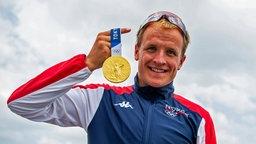 Kristian Blummenfelt aus Norwegen posiert mit seiner Triathlon Goldmedaille
