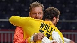 Torwart Johannes Bitter umarmt Torwart Andreas Wolff
