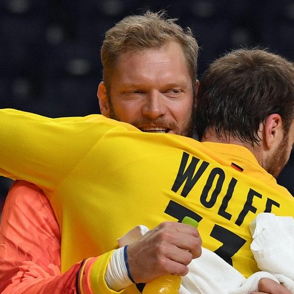 Torwart Johannes Bitter umarmt Torwart Andreas Wolff | picture alliance