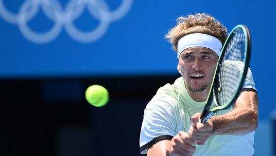 Der deutsche Tennisspieler Alexander Zverev schlägt den Ball im Spiel © dpa-bildfunk