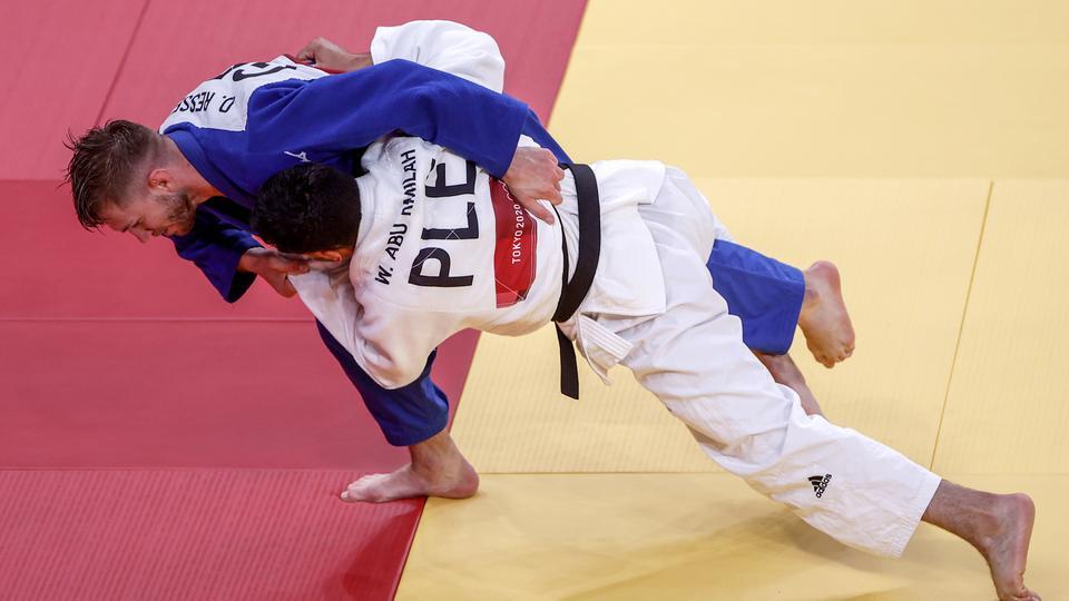 Der deutsche Judoka Dominic Ressel (blau) kämpft gegen den Palästinenser Wesam Abu Rmilah