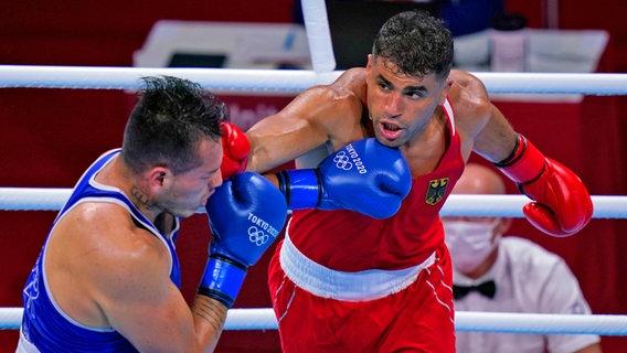 Der deutsche Boxer Ammar Riad Abduljabbar (r.) trifft Jose Maria Lucar Jaimes aus Peru am Kopf.