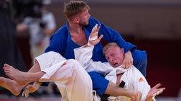 Der deutsche Judoka Dominic Ressel (blau) kämpft gegen den Holländer Frank de Wit .