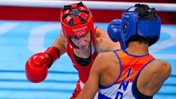 Die deutsche Boxerin Nadine Apetz (l.) und die Inderin Lovlina Borgohain in Aktion