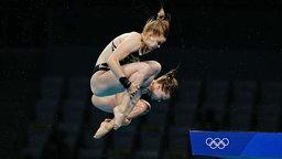 Die deutschen Wasserspringerin Christina Wassen (vorne) und Tina Punzel in Aktion.