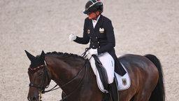 Die deutsche Dressur-Reiterin Dorothee Schneider und ihr Pferd Showtime FRH im Mannschafts-Finale