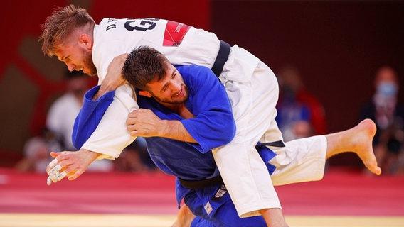 Der deutsche Judoka Dominic Ressel (oben) kämpft gegen den Österreicher Shamil Borchashvili. © dpa-Bildfunk Foto: Oliver Weiken/dpa