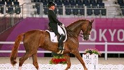 Die deutsche Dressur-Reiterin Isabell Werth und ihr Pferd Bella Rose 2 im Mannschafts-Finale