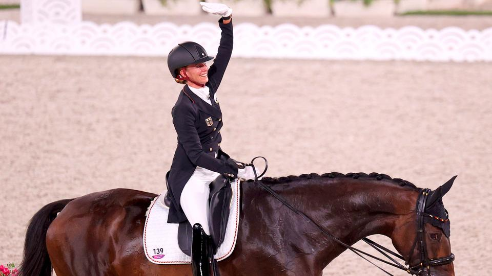 Die deutsche Dressur-Reiterin Jessica von Bredow-Werndl und ihr Pferd Dalera | dpa-Bildfunk