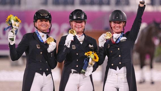 Die deutsche Dressur-Reiterinnen Dorothee Schneider, Isabell Werth und Jessica von Bredow-Werndl (v.l.) © dpa-Bildfunk Foto: Friso Gentsch/dpa