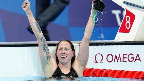Die deutsche Schwimmerin Sarah Köhler jubelt mit ausgestreckten Armen. © picture alliance/dpa