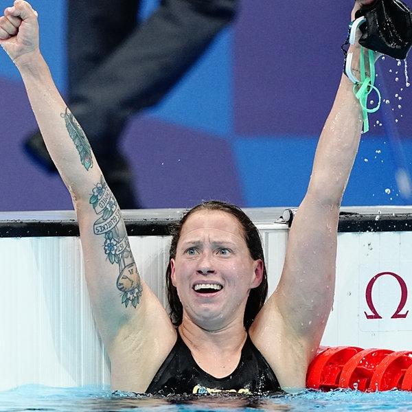 Die deutsche Schwimmerin Sarah Köhler jubelt mit ausgestreckten Armen. | picture alliance