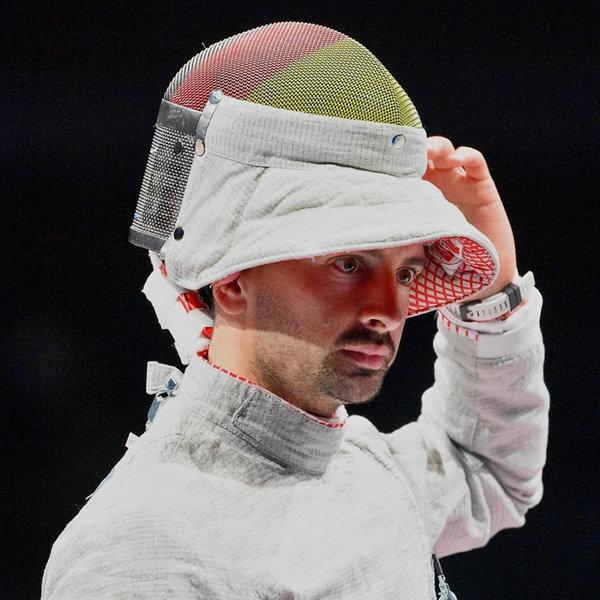 Der deutsch Fechter Matyas Szabo zieht seinen Helm hoch. | picture alliance