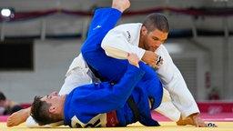 Der deutsche Judoka Eduard Trippel (unten) und der Ungar Krisztian Toth im Viertelfinale der Männer bis 90 kg.