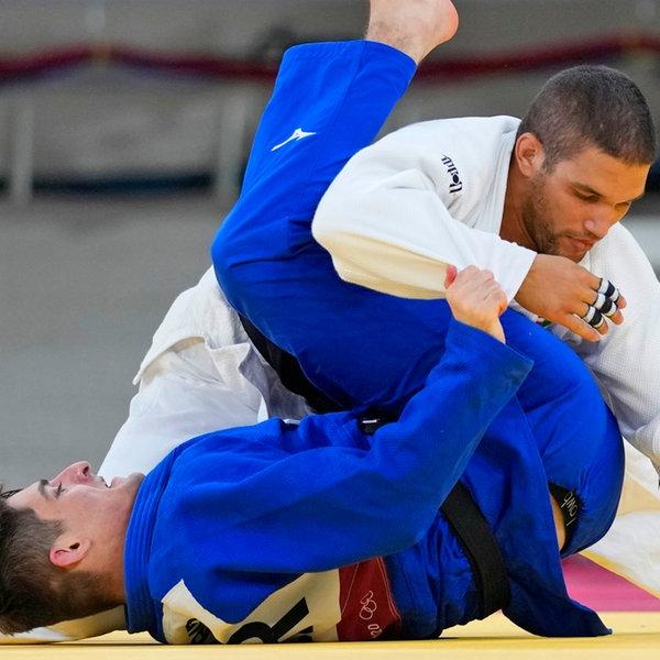 Der deutsche Judoka Eduard Trippel (unten) und der Ungar Krisztian Toth im Viertelfinale der Männer bis 90 kg.   dpa-Bildfunk