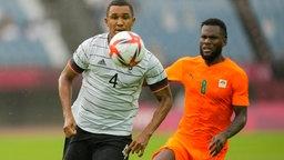 Felix Uduokhai (l) aus Deutschland gegen Franck Kessie von der Elfenbeinküste