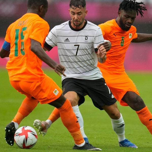 Marco Richter (M) aus Deutschland kämpft mit Ismael Diallo (r) und Max Gradel (l) um den Ball.   picture alliance