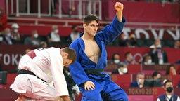 Eduard Trippel, feiert seinen Sieg gegen Nemanja Majdov im Mittelgewicht bei Olympischen Spielen in Tokio 2020