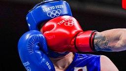 Die japanische Boxerin Sena Irie kann einen Schlag der Rumänin Maria Nechita nicht abwehren.