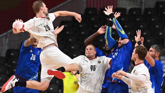 Handball Deutschland gegen Frankreich. Philipp Weber aus Deutschland beim Wurf. © picture alliance/dpa Foto: Swen Pförtner