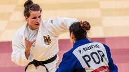 Die deutsche Judoka Anna-Maria Wagner (weiß) im Kampf gegen die Portugiesin Patricia Sampaio